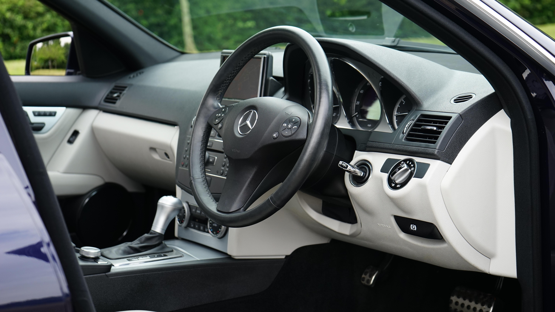 chauffeur-service-mercedes-steering-wheel